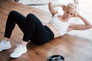 aktiv tjej i fitness gym. koncept träning hälsosam livsstil sport foto
