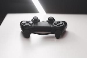 joystick från spelkonsolen på ett vitt bord foto