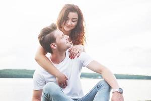 kärleksfull rolig lekfull lyckliga par på stranden. foto
