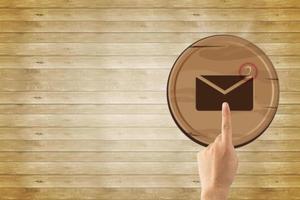 e -post koncept, närbild hand röra med e -postikon foto