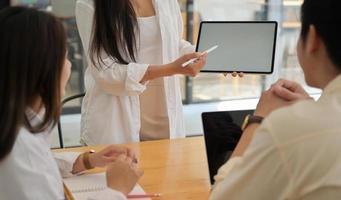 lärare rekommenderar handledning via surfplatta för onlineinlärning. foto
