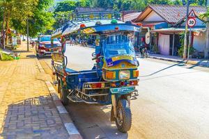 typisk färgglad gammal tuk tuk -rickshaw i luang prabang, laos, 2018 foto