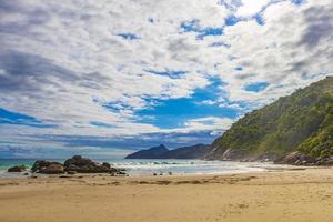 stor tropisk naturlig ö ilha grande santo antonio beach brazil. foto