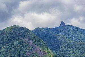 abraao mountain pico do papagaio med moln ilha grande brasilien. foto