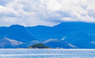 tropiska öar vid ilha grande i angra dos reis Brasilien. foto