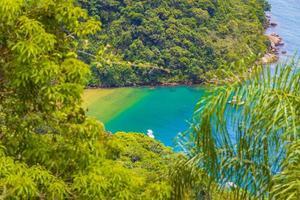 grön lagun på ilha grande abraao beach panorama Brasilien. foto