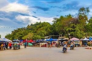 luang prabang, laos 2018- typisk färgstark väg och stadsbild av gamla stan luang prabang, laos foto