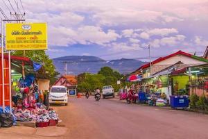 luang prabang, laos 2018- solnedgång på färgglada matmarknader foto