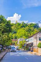 luang prabang, laos 2018- typiska färgglada vägar gator stadsbild av staden luang prabang laos foto