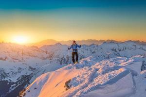 ensam klättrare på toppmötet foto