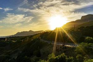 landskap med solens strålar över vägen foto