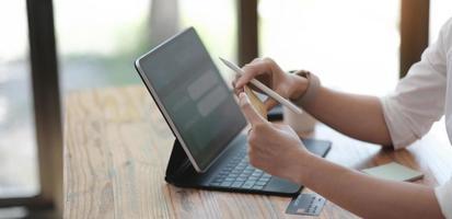 kvinna online shopping och internetbank på bärbar dator med kreditkort internetbetalning, nätbank, e -handel, e -verksamhet, omnichannel eller flerkanals koncept foto