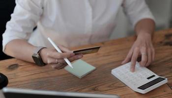 beräkna hur mycket kostnad eller utgifter som har med kreditkort foto