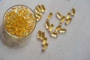 fiskoljepiller. omega-3 gelkapslar. kosttillskott från torsklever. hälsovård och medicinsk koncept. foto