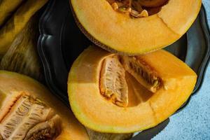 skivor mogen melon i skålen foto