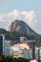 Rio de Janeiro, Brasilien, 2021 - Sockertoppsberget sett från Copacabana foto