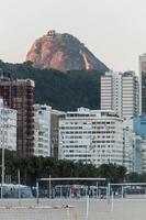 Rio de Janeiro, Brasilien, 2015 - Sockertoppsberget sett från Copacabana foto