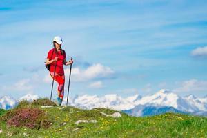 avkoppling av en kvinna när hon går i bergen foto