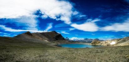 panorama över nlue sjö av höga berg foto
