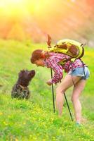 flicka som leker med sin hund foto