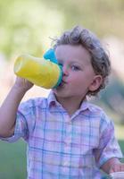 vacker baby pojke med barn ansikte poserar fotograf foto