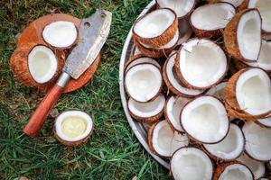 skiva kokos och kniv på skärbrädan foto