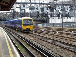 tåget närmar sig vid stationen foto