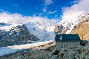 alpin hydda ovanför glaciären foto