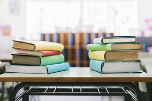 böcker skolan skrivbord klass foto