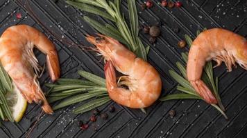 färska skaldjur räkor ovanifrån foto