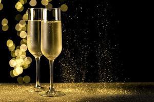 champagneglas med bokeh -lampor foto