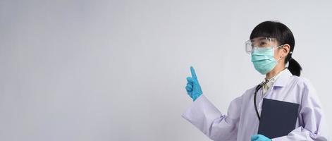 läkare i uniform pekar på ett tomt område. Hand gest. foto