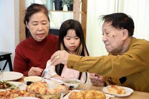 middag med familjen foto