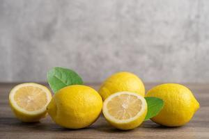 citronmogen färsk frukt med blad på träbakgrund med kopieringsutrymme foto