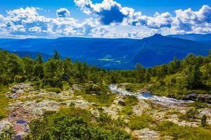 fantastiskt norskt landskap med vackert flodvattenfall i Vang Norge foto