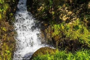 rinnande vatten i ett litet vackert vattenfall, vang, norge foto