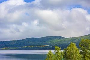 otroligt norskt landskap färgglada berg fjordskogar jotunheimen norge foto