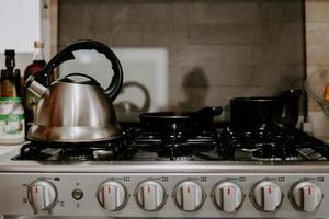 selektiv fokusering av tekanna med kokande vatten på en gasspis foto