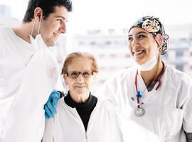 glada läkare och patient le tillsammans foto