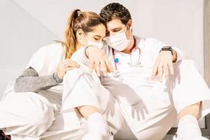 trötta läkare som sover efter hårt arbete på kliniken foto