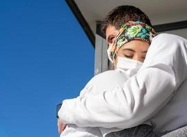 läkare i masker som kramar varandra foto