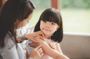 mamma tar hand om sin dotter foto