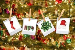 julrelaterade bilder som hänger på ett rep foto