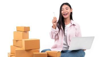 kvinna som arbetar säljer online foto