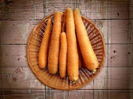 morötter på träbakgrunden foto