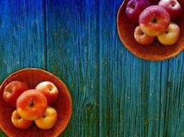 äpplen på träbakgrunden foto
