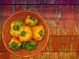 paprika på träbakgrunden foto