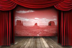röda teaterdraperier med ökenlandskap foto