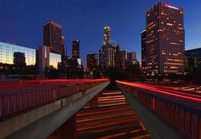 staden los angeles på natten foto