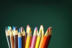 skolfärgade pennor med extremt skärpedjup foto